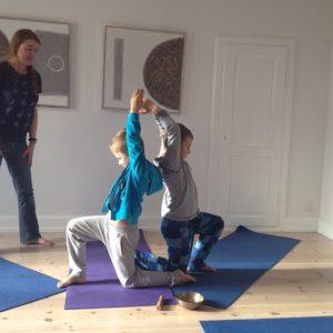 Sjov med børneyoga i Yogaoasen